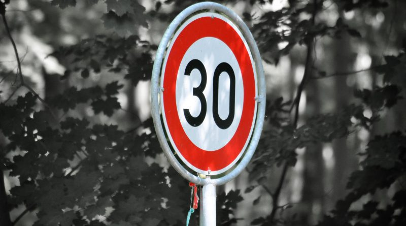 Znak drogowy - prędkość 30