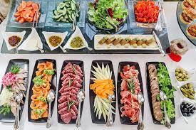 Catering na imprezy firmowe. Jakie menu wybrać? Komu zlecić obsługę?